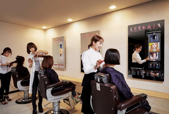 Friseursalon nutzt erstmalig samsungs spiegel bildschirme for Spiegel mit bildschirm