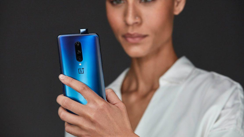 Das OnePlus 7 Pro kommt mit einer ausfahrbaren Frontkamera sowie einer Triple-Kamera auf der Rückseite daher und kann besonders in der Farbe Nebula Blue beeindrucken.