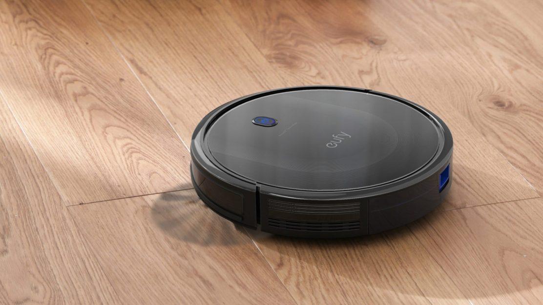 """Der eufy RoboVac 11S Max besitzt ein schlichtes Design in schwarz, das sich besonders durch die Oberseite aus """"tempered Glas"""" hervorhebt."""
