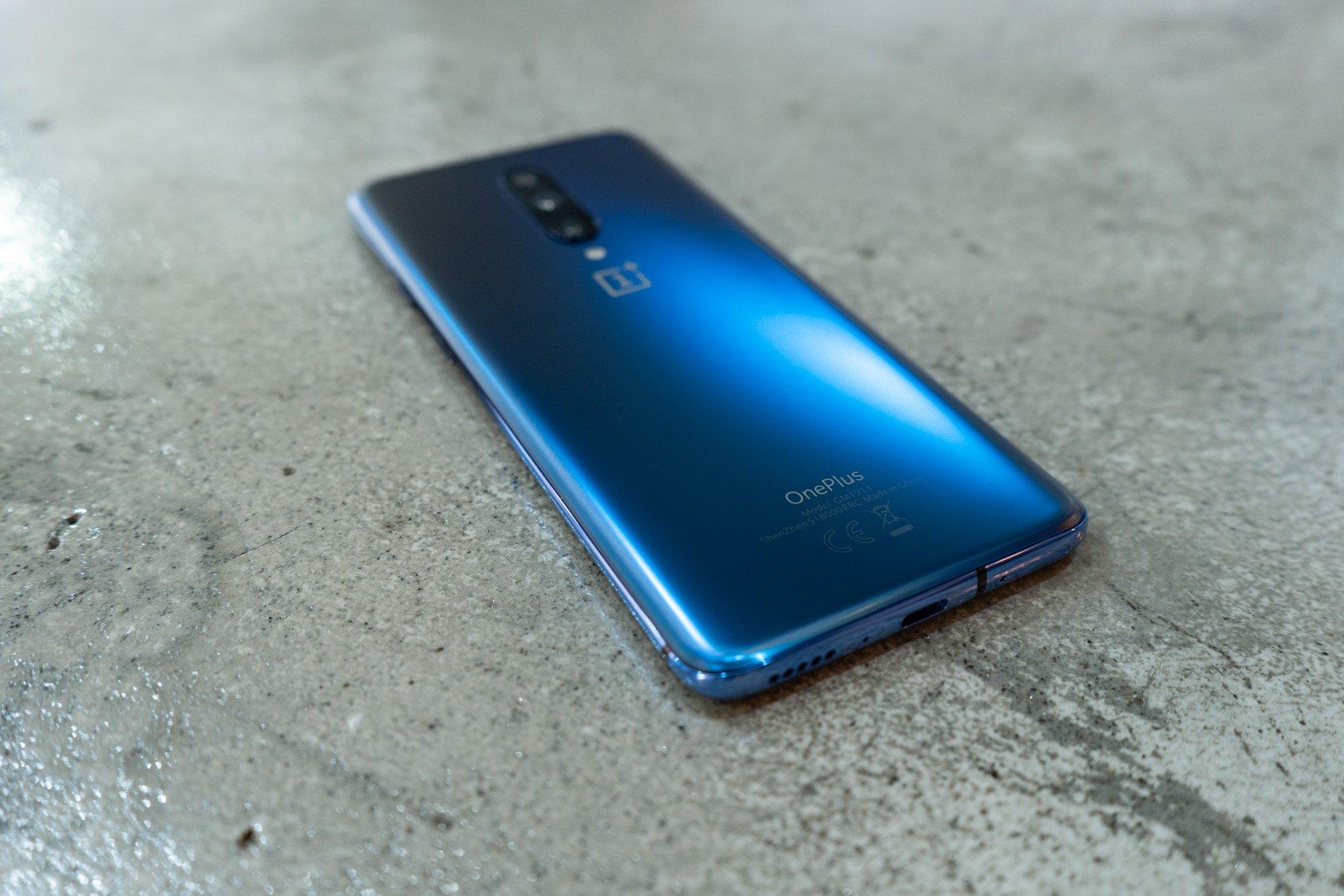 Die Verarbeitung des OnePlus 7 Pro kann sich wirklich sehen lassen, das Gehäuse aus Aluminium und die Front- sowie Rückseite aus Glas hinterlassen einen großartigen Eindruck.