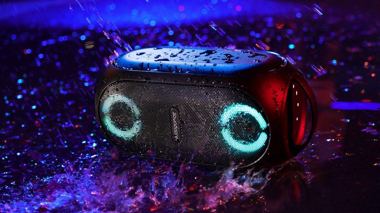 Der Party-Speaker ist nach IPX7 zertifiziert und überseht so auch mal ein Regenschauer.